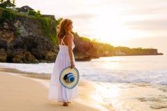 Gelukkige vrouw in witte de zomerkleding op het strand stock foto