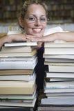 Gelukkige Vrouwelijke Bibliothecaris Leaning On Stack van Boeken royalty-vrije stock afbeeldingen