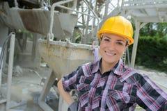 Gelukkige vrouwelijke bouwvakker op plaats royalty-vrije stock foto