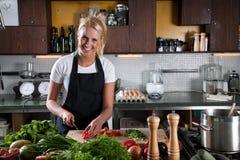 Gelukkige vrouwelijke chef-kok in de keuken Royalty-vrije Stock Foto