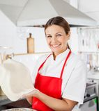 Gelukkige Vrouwelijke Chef-kok Holding Pasta Sheet Royalty-vrije Stock Fotografie