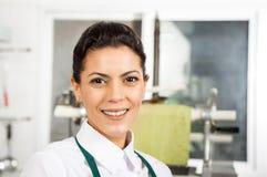 Gelukkige Vrouwelijke Chef-kok At Kitchen Royalty-vrije Stock Afbeelding