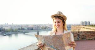 Gelukkige vrouwelijke en toerist die bezienswaardigheden bezoeken onderzoeken stock afbeeldingen