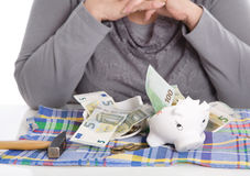 Gelukkige vrouwelijke gepensioneerde na het breken van haar piggy doos Geldconce Royalty-vrije Stock Afbeelding