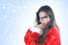 Gelukkige vrouwelijke Kerstman in sneeuwstorm Stock Foto's