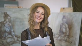 Gelukkige Vrouwelijke Kunstenaar stock video
