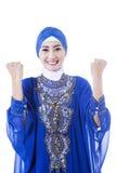 Gelukkige vrouwelijke moslim in blauwe geïsoleerde kleding - Stock Foto