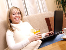 Gelukkige vrouwelijke student die aan haar computer werkt. Royalty-vrije Stock Afbeeldingen