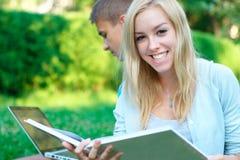 Gelukkige vrouwelijke student in openlucht Stock Fotografie