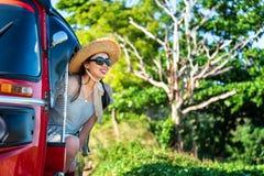 Gelukkige vrouwelijke toerist in een tuk tuk stock afbeelding