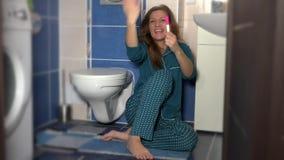 Gelukkige vrouwelijke vrouw die mensenechtgenoot positieve zwangerschapstest na lang wachten tonen stock footage