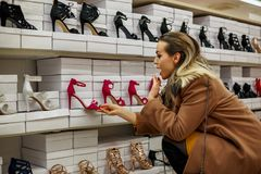 Gelukkige vrouwen die bij schoenenopslag winkelen Royalty-vrije Stock Fotografie
