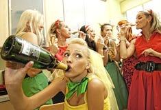 Gelukkige vrouwen die champagne drinken Royalty-vrije Stock Afbeeldingen