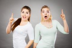 Gelukkige vrouwen die met één vinger benadrukken royalty-vrije stock foto