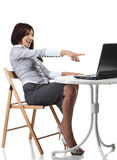 Gelukkige vrouwen die met computer zitten Royalty-vrije Stock Afbeelding