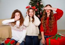 Gelukkige vrouwen die pret hebben in openlucht bij Oudejaarsavond Stock Foto's