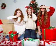 Gelukkige vrouwen die pret hebben in openlucht bij Oudejaarsavond Stock Afbeelding
