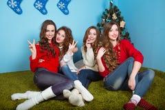 Gelukkige vrouwen die pret hebben in openlucht bij Oudejaarsavond Royalty-vrije Stock Foto