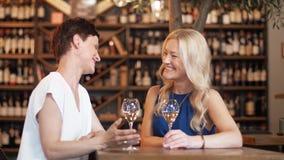 Gelukkige vrouwen die wijn drinken bij bar of restaurant stock videobeelden