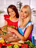Gelukkige vrouwen kokende pizza Stock Afbeelding