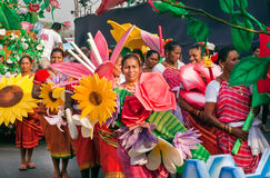 Gelukkige vrouwen in menigte van mensen bij de heldere parade van traditionele Goa Carnaval royalty-vrije stock foto's
