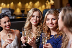 Gelukkige vrouwen met champagneglazen bij nachtclub Royalty-vrije Stock Afbeeldingen