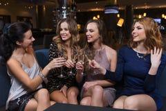 Gelukkige vrouwen met champagneglazen bij nachtclub Stock Afbeelding