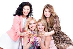 Gelukkige vrouwen met glazen wijn stock afbeelding