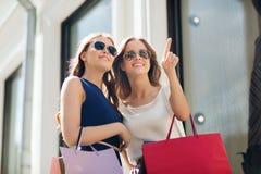 Gelukkige vrouwen met het winkelen zakken in stad Royalty-vrije Stock Afbeelding