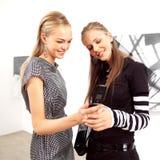 Gelukkige vrouwen met mobiele telefoons Stock Foto