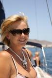 Gelukkige vrouwen op het jacht in de zomerdag Stock Afbeeldingen