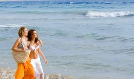 Gelukkige vrouwen op vakantie royalty-vrije stock foto