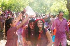 Gelukkige vrouwen tijdens Batalla del vino Stock Fotografie