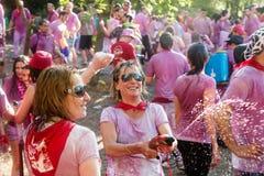 Gelukkige vrouwen tijdens Batalla del vino in Haro, La Rioja Royalty-vrije Stock Foto