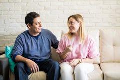 Gelukkige vrouwen vertellende man over haar verwachtende positie stock afbeelding