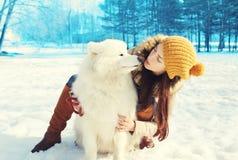 Gelukkige vrouweneigenaar en witte Samoyed-hond in de winter Royalty-vrije Stock Afbeeldingen