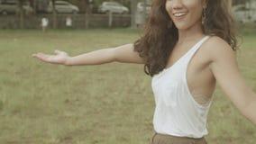 Gelukkige vrouwenglimlachen in de regen stock video