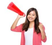 Gelukkige vrouwengreep met megafoon stock afbeeldingen