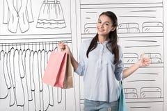 Gelukkige vrouwenholding het winkelen pakketten Royalty-vrije Stock Afbeelding