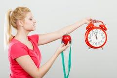 Gelukkige vrouwenholding klok, appel en het meten van band Royalty-vrije Stock Foto's