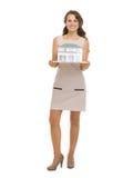 Gelukkige vrouwenhuiseigenaar die schaalmodel van huis toont Royalty-vrije Stock Foto