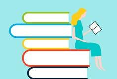 Gelukkige vrouwenlezing op toren van boeken Royalty-vrije Stock Fotografie