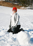 Gelukkige vrouwenspelen met sneeuw Royalty-vrije Stock Foto's