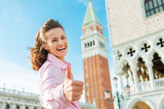 Gelukkige vrouwentoerist die duimen op St Tekensvierkant opgeven Stock Foto