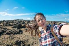 Gelukkige vrouwentoerist die naar de reis van het eilandland gaan stock foto