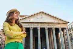 Gelukkige vrouwentoerist die zich door Pantheon in Rome in de zomer bevinden Stock Afbeeldingen