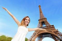 Gelukkige vrouwentoerist in Parijs Stock Afbeelding