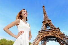 Gelukkige vrouwentoerist in Parijs Royalty-vrije Stock Foto