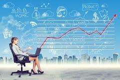 Gelukkige vrouwenzitting als voorzitter die aan laptop werken Royalty-vrije Stock Afbeelding