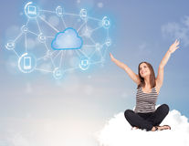 Gelukkige vrouwenzitting op wolk met wolk gegevensverwerking Stock Fotografie